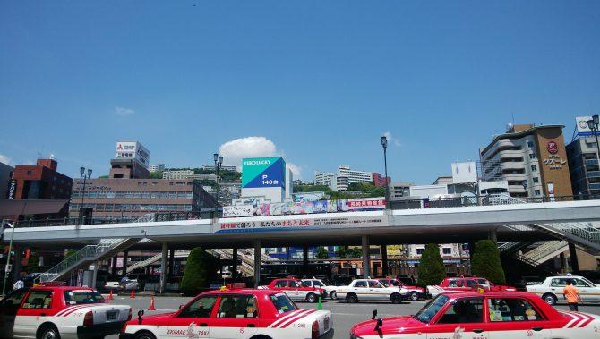 JR長崎駅から正面の高台を望む
