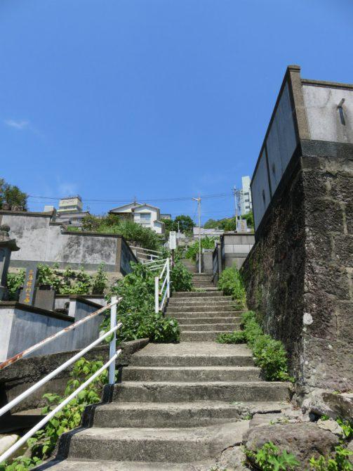 長崎駅前の高台に向かう細い路地