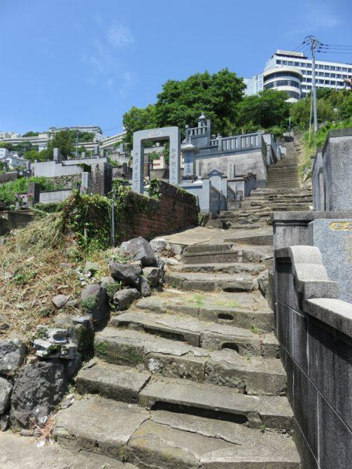 長崎駅前の高台に向かう細い路地2
