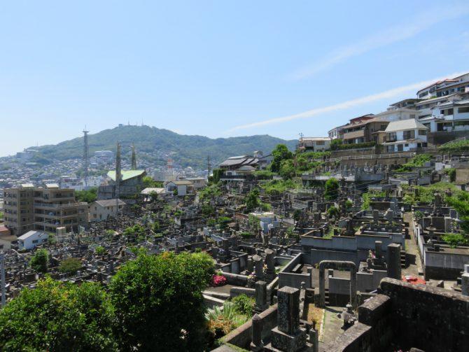 長崎駅前の高台に向かう細い路地4